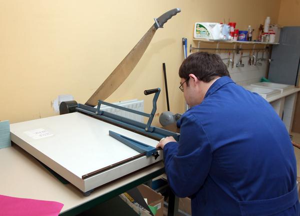 Una persona con discapacidad trabajando en un centro ocupacional.